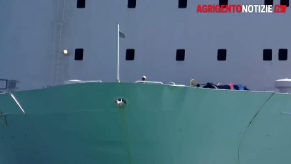 Migranti fra arrivi, partenze e arresti al porto Empedoclino: ecco le immagini