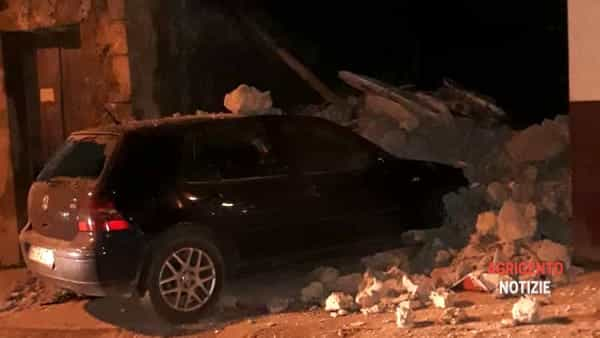The balcony collapses and ends up on top of a Volkswagen Golf: alarm in the historic center thumbnail