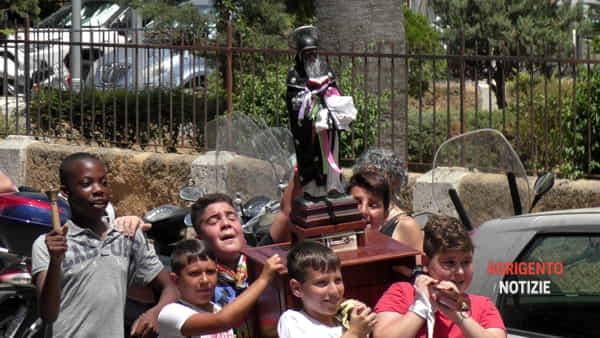 """Una mini """"vara"""" di San Calò in giro per la città, portatori e fedeli """"abbracciano"""" il Santo nero"""