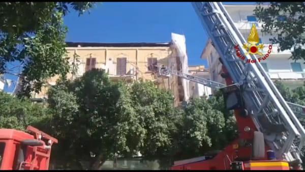 Palazzo di piazza Cavour e rischio crollo, pompieri al lavoro per eliminare i pericoli
