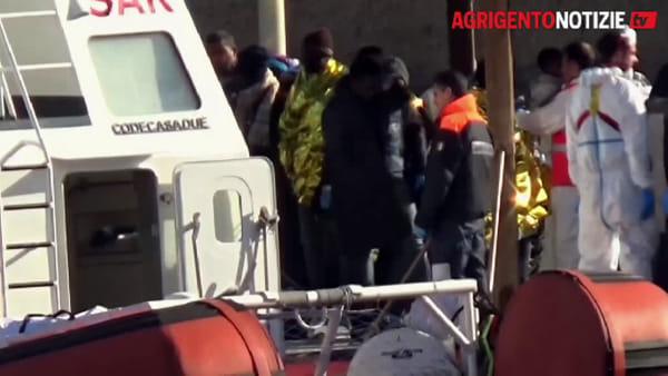 L'arrivo dei migranti sul molo Favarolo: a Lampedusa riprendono gli sbarchi