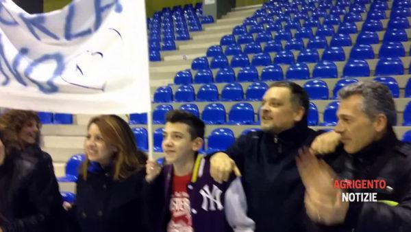 VIDEO | I tifosi a sorpresa al PalaMoncada per sostenere i giocatori della Fortitudo