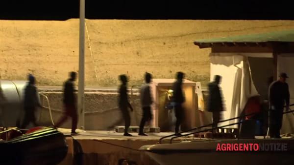 """Lasciano la """"Sea Watch"""" e toccano terra di Lampedusa: i 47 migranti trasferiti all'hotspot"""