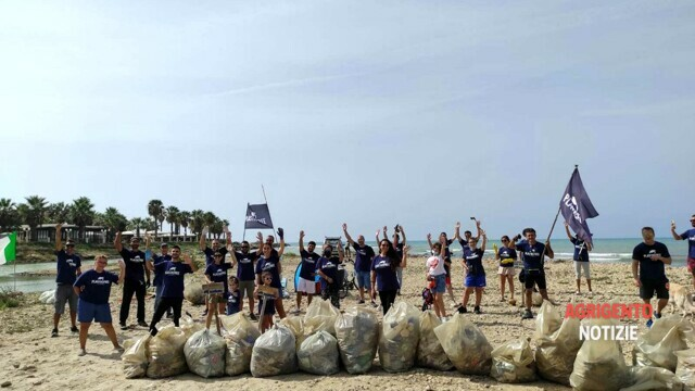 """""""Plastic free"""", the volunteers clean up the mouth of the Akragas river, collecting 300 kilos of waste thumbnail"""
