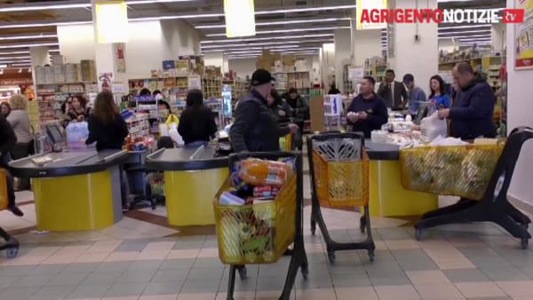 Psicosi Coronavirus, supermercati presi d'assalto: tutti a fare la spesa