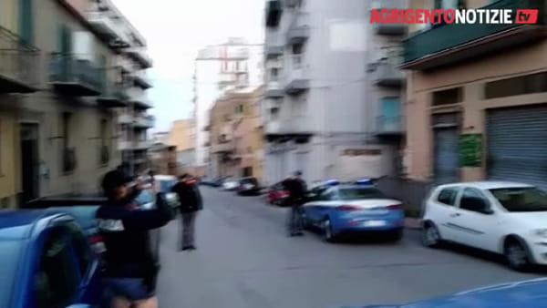 Controlli per contenere i contagi da Covid-19, dai balconi parte l'applauso per i poliziotti