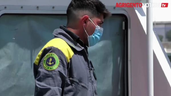 """Migrante si lancia dalla nave quarantena """"Moby Zazà"""" e annega: le immagini del recupero della salma"""