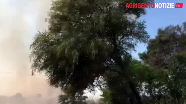 Vasto incendio di rovi a San Leone, allarme per le abitazioni