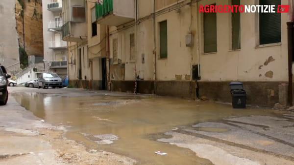 """Nuova falla lungo la condotta idrica, l'acqua """"alta"""" invade la via Toniolo"""