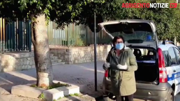 """Coronavirus, sindaco ammonisce i cittadini per strada: """"Per la spesa si esce ogni settimana, rischiamo la pelle tutti"""""""
