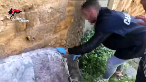 """""""Fiumi"""" di droga vicino alla via Atenea, ecco le immagini del recupero dei panetti di hashish"""