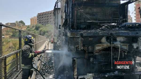"""Tir a fuoco sul viadotto """"Spinola"""": ecco le immagini"""