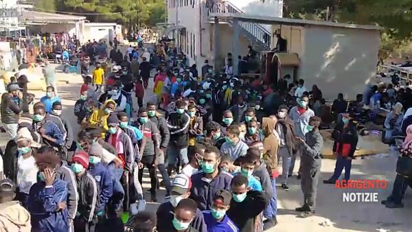 """Hotspot collapsed with 828 migrants present, transfers on the """"Allegra"""" begin thumbnail"""
