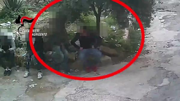 Calci e bottigliate in testa ai giovani clienti: le telecamere dei carabinieri incastrano i pusher