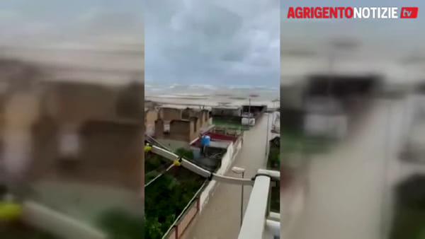 Forti mareggiate, l'acqua invade le strade di Fondachello: salvati due cavalli