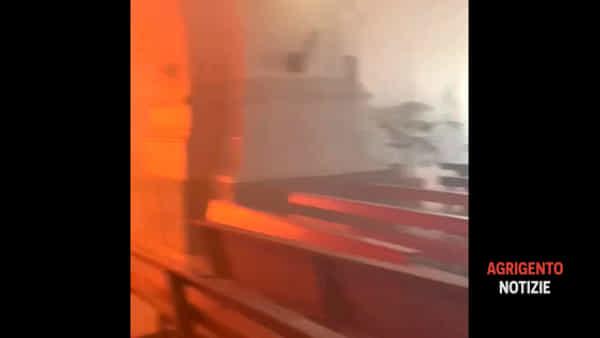 Il fuoco divora l'organo della chiesa Madre di Favara: le immagini