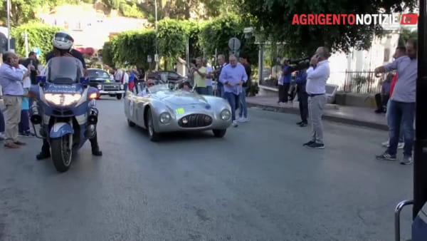 """Auto da sogno sfilano in centro: tappa della """"Targa Florio Classic"""" dedicata ad Andrea Camilleri"""