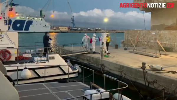 """Evacuazione medica dalla """"Moby Zazà"""", operazione complicata per la guardia costiera: ecco le immagini"""