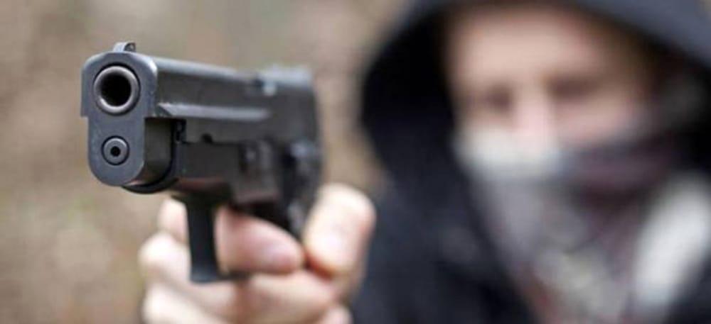 Guardia giurata nel mirino di due rapinatori, portati via 40 mila euro e  una pistola