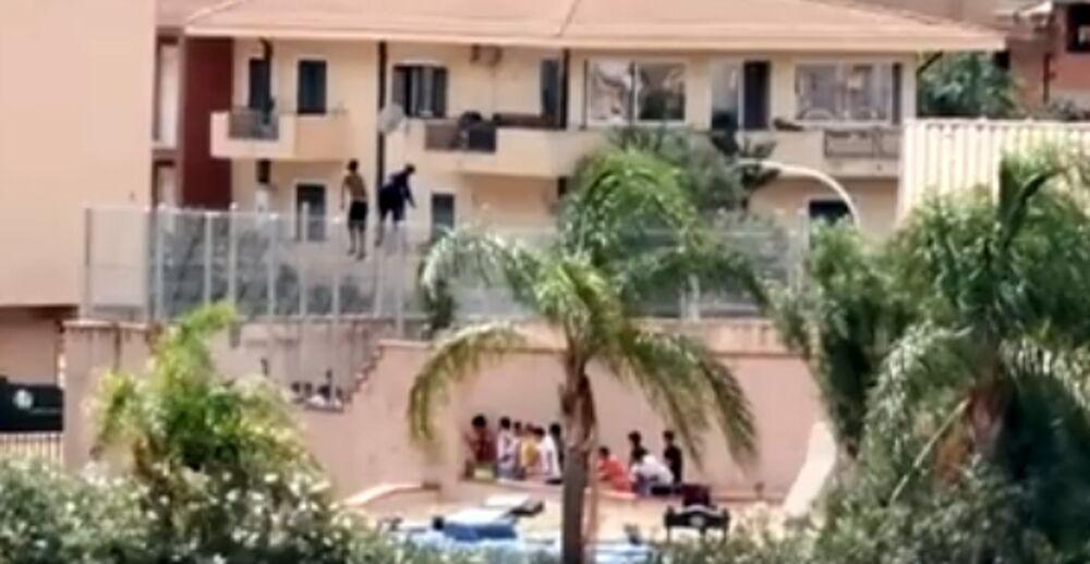 """""""Vogliamo andare via"""": scoppia una nuova protesta a Villa Sikania, migranti sul tetto e sulle inferriate"""