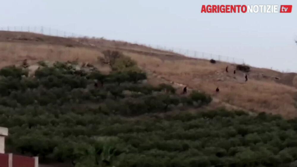 Nuova fuga da Villa Sikania: migranti provano a nascondersi fra i campi, avviate le ricerche
