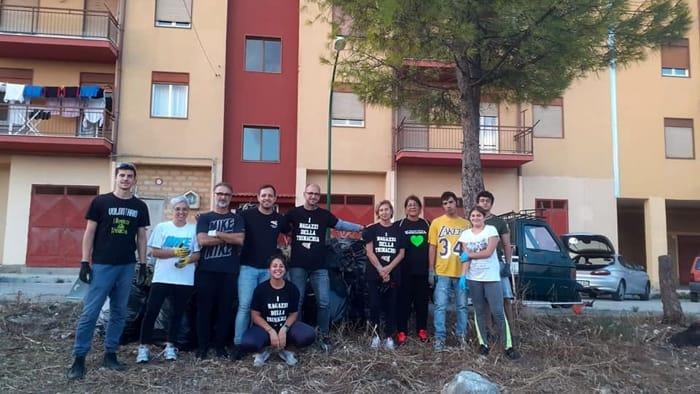 I ragazzi dell'associazione Trinacria ripuliscono la città